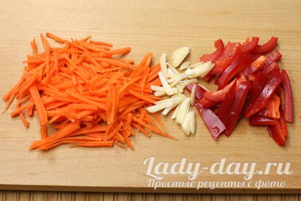 Морковку, перец и чеснок нашинковать соломкой