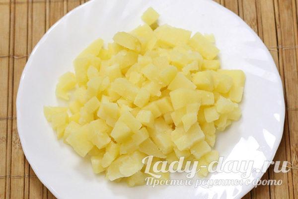 Нарезать вареный картофель