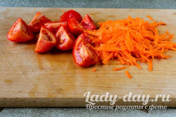 трем морковку и режем помидоры