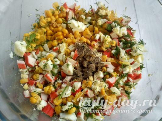 помешать салат