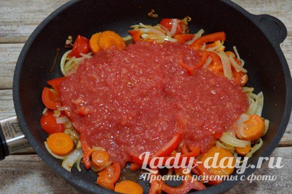 Влить томатную кашицу
