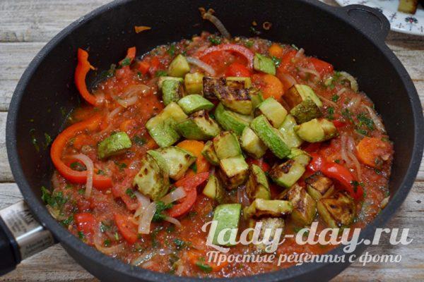 Добавляем поджаренные овощи