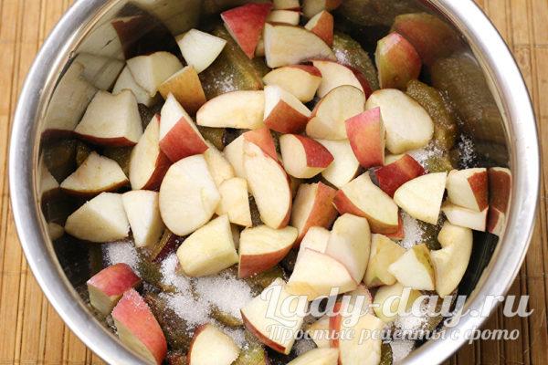 Пересыпать сахаром, сверху яблоки