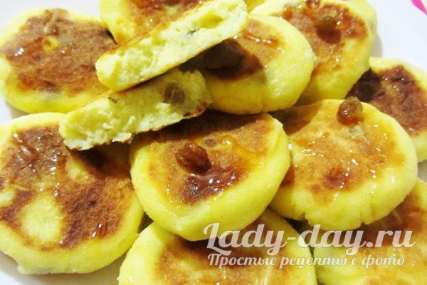 сырники с кукурузной мукой и изюмом на сковороде