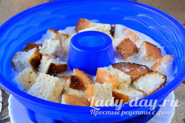 Выложить печенье и залить сметаной