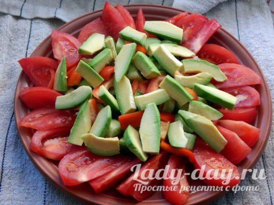 дольки авокадо и овощи