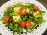 Салат с рукколой и жареным адыгейским сыром