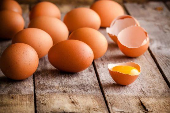 сырые яйца на столе