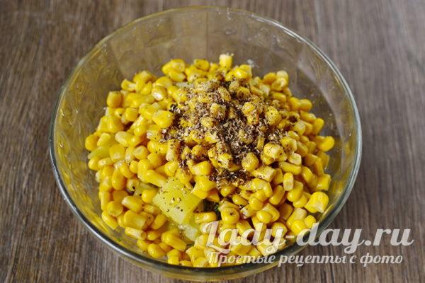 Смешать в блюде, добавить кукурузу