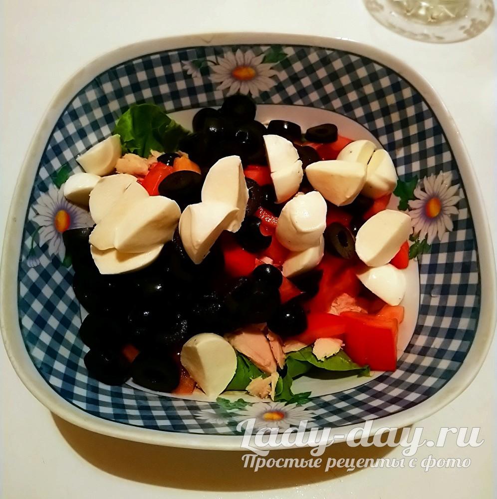 салат с моцареллой и тунцом