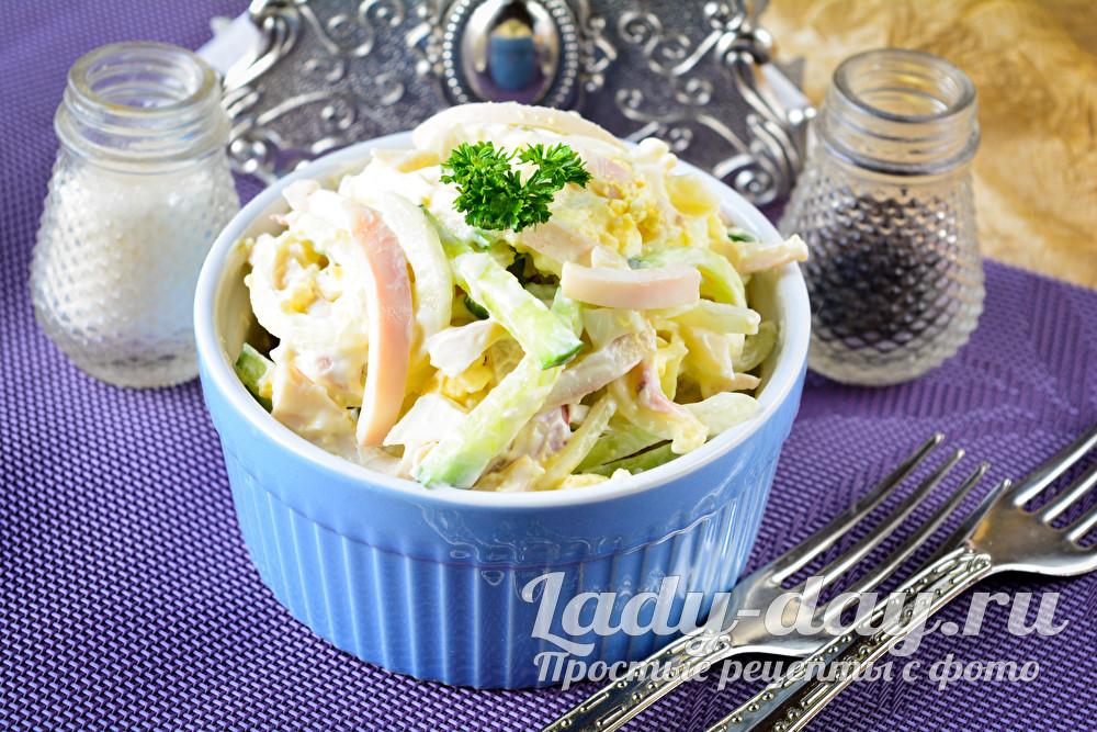 Салат с кальмарами. яйцами и свежим огурцом