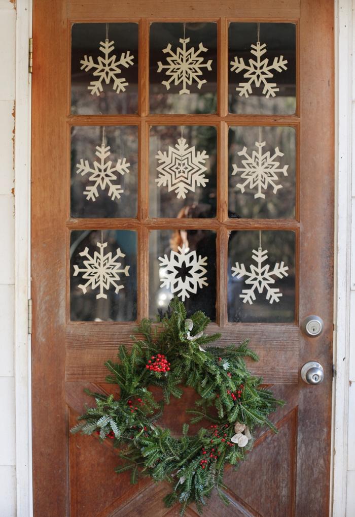 снежинки на двери