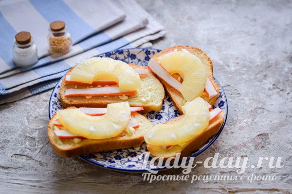 положить ананасы