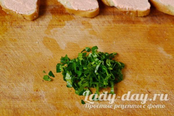 зелень петрушки нарезать