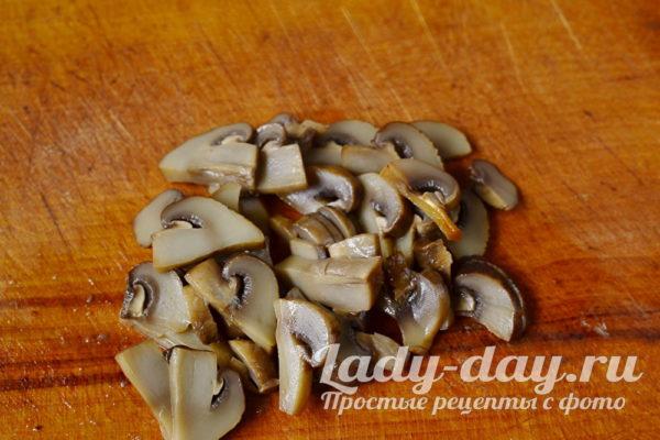 нарезать маринованные грибы