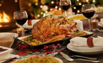 курица и блюда на столе