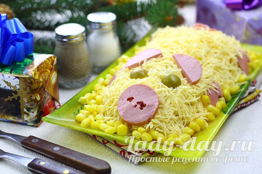 Новогодний салат с ананасами и курицей «поросенок»