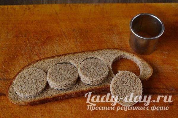 вырезать из хлеба кружочки
