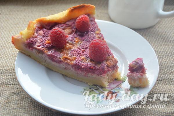 кусок пирога с малиной