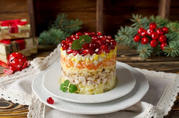 новогодний салат на столе