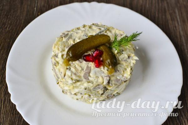 салат из печени с огурцом готов