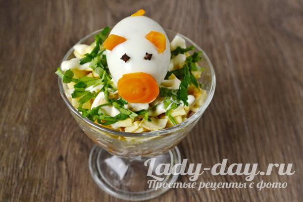 украсить салат свинкой из яйца и моркови