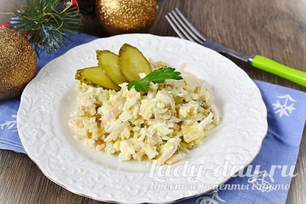 салат с солеными огурцами и кальмаром