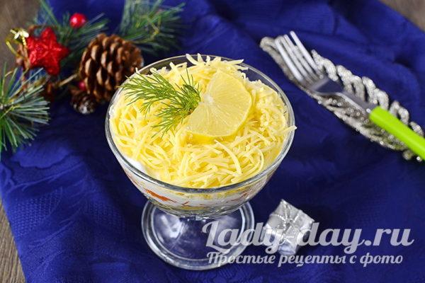 готовый салат украсить зеленью, долькой лимона