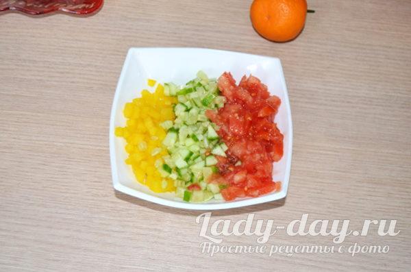 сложить овощи в тарелку