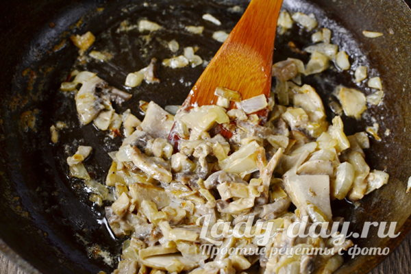 обжарить грибы с луком, залить сметаной