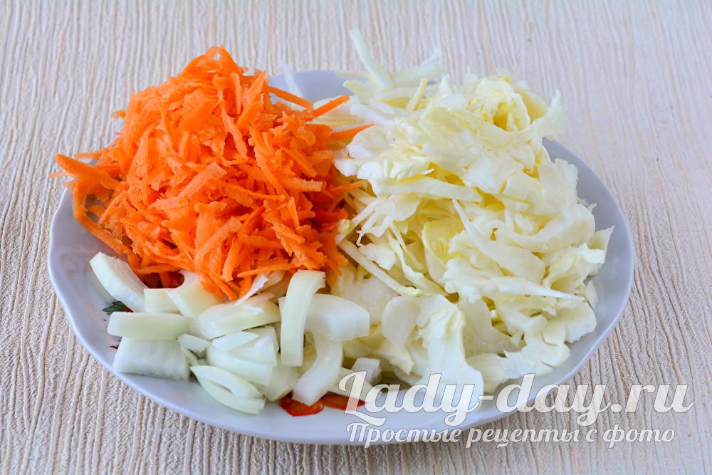 Измельчить капусту, лук и морковку