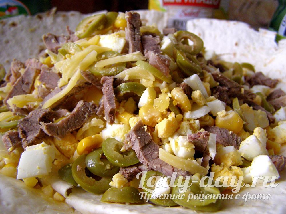 мясной салат с говядиной на лаваше