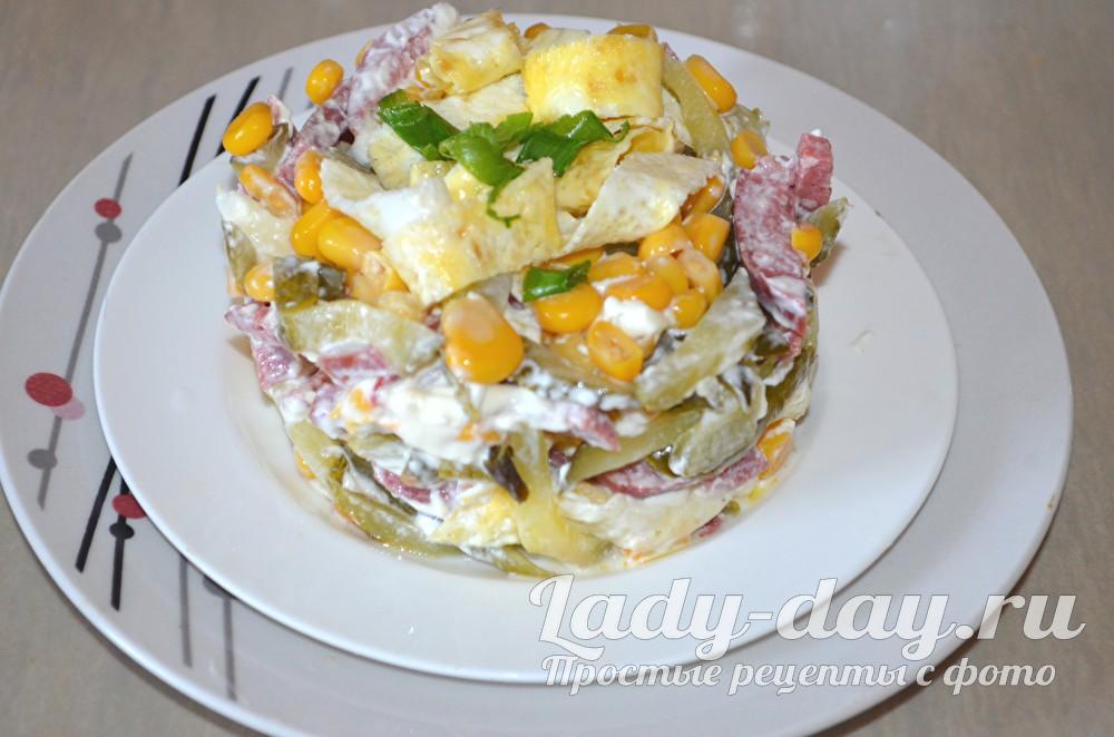салат с яичными блинами и копченой колбасой рецепт с фото