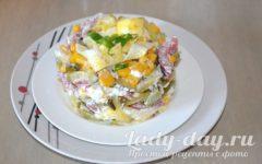 салат с яичными блинами и копченой колбасой