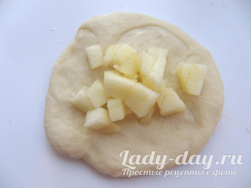 пирожок из теста и яблок