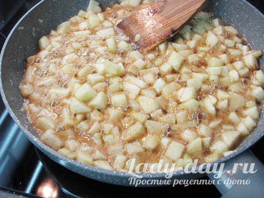 яблоки с корицей на сковороде