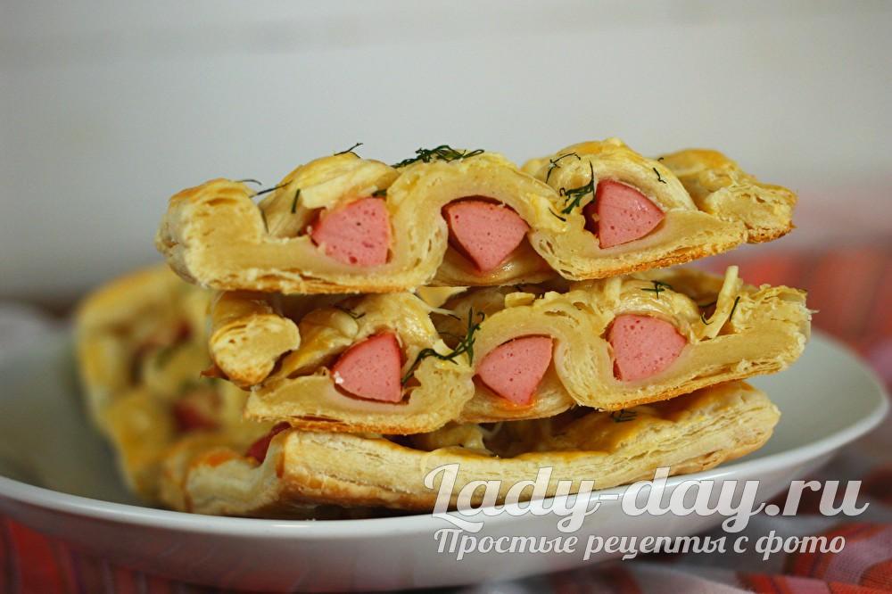 Сосиски в тесте из слоеного дрожжевого теста в духовке рецепт с фото
