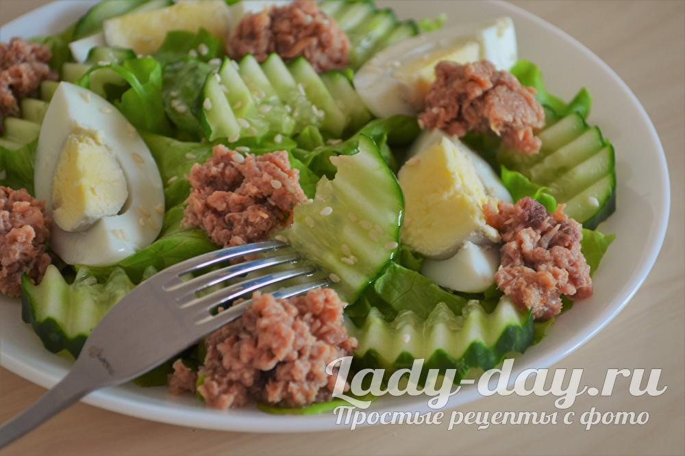 салат с тунцом консервированным огурцом и яйцом