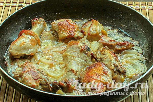 тушим курицу с луком