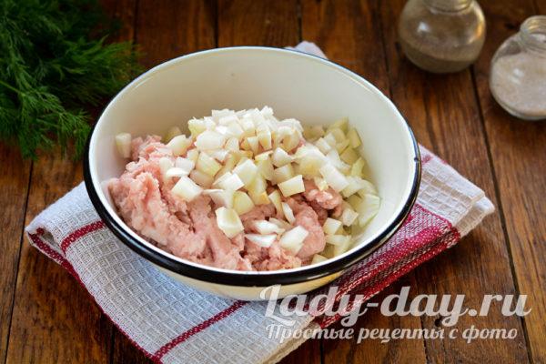 лук и мясо в миске