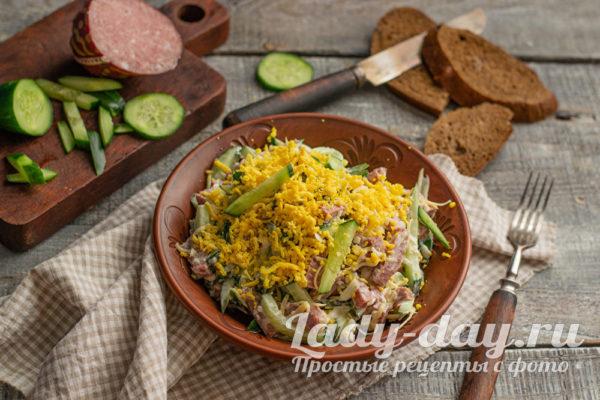 салат с овощами и колбасой