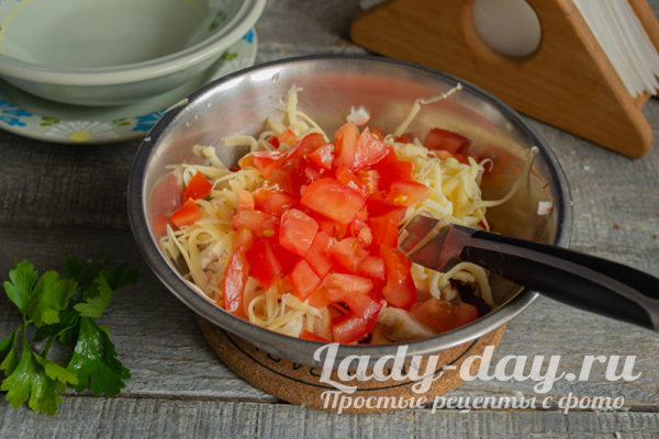 кладем нарезанные помидоры
