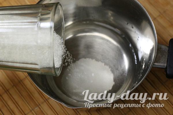 всыпаем в воду сахар