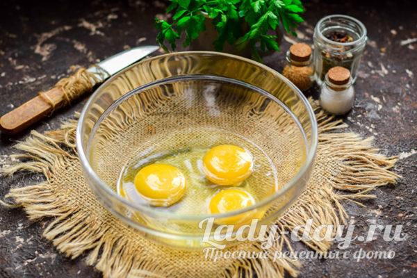 сырые яйца в миске