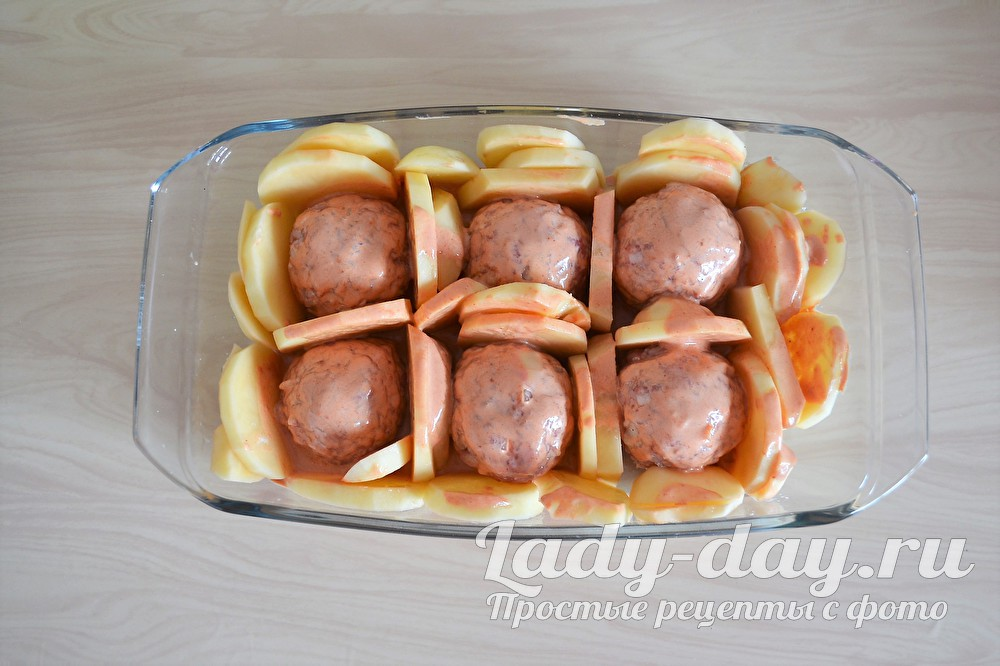 Тефтели с соусом и картошкой в духовке,