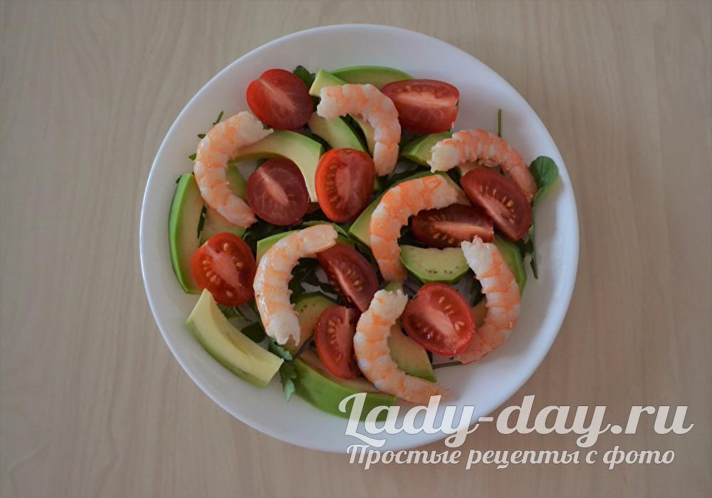 креветки с помидорами и авокадо