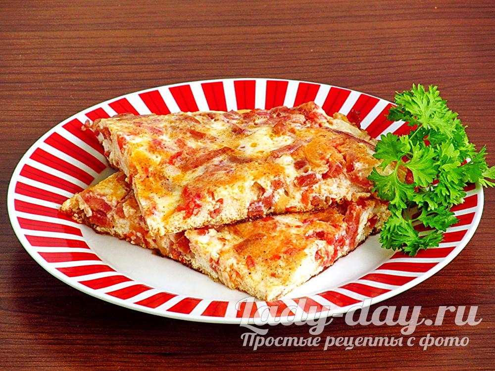 Пышный омлет на сковороде, с колбасой и помидорами