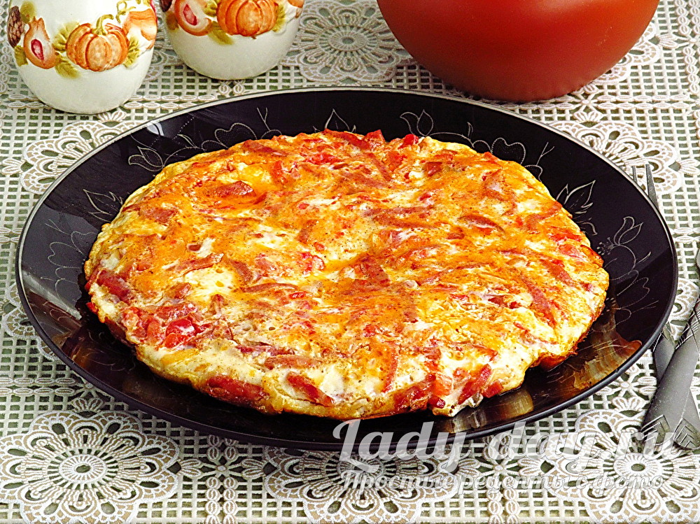 Пышный омлет на сковороде, с колбасой и помидорами, рецепт