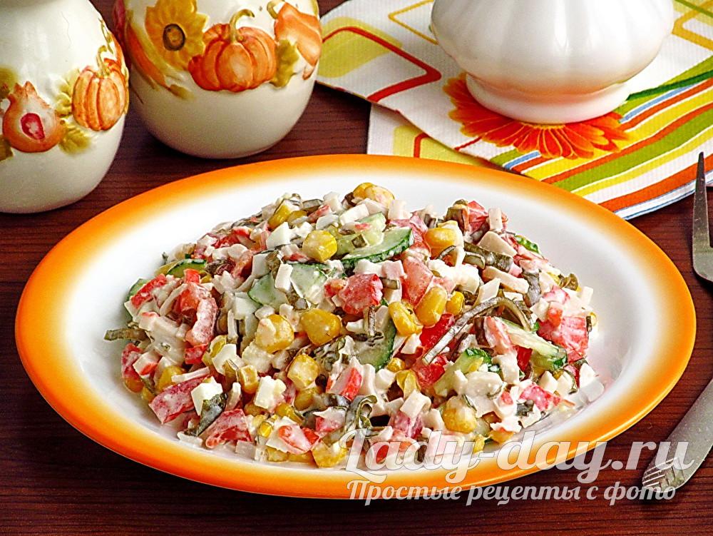 Салат из крабовых палочек, морской капусты