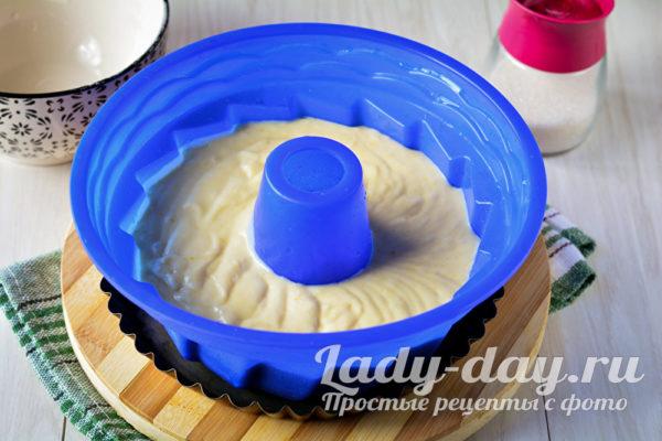 тесто в форме для кекса